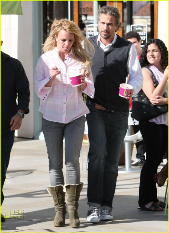 100602-frozen-yogurt-britney-1