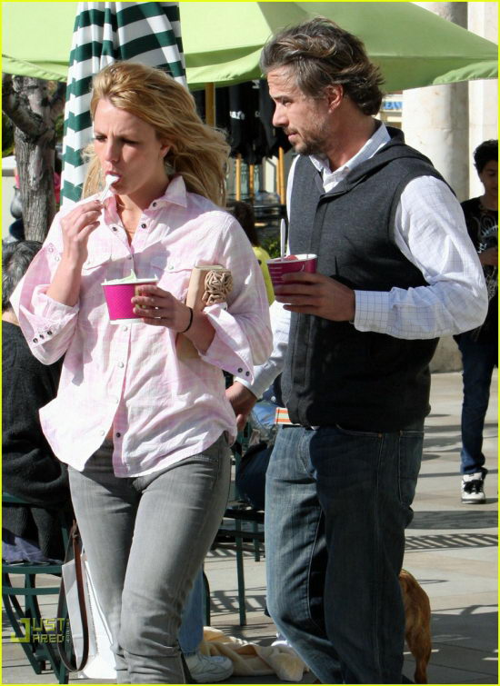 100602-frozen-yogurt-britney-3